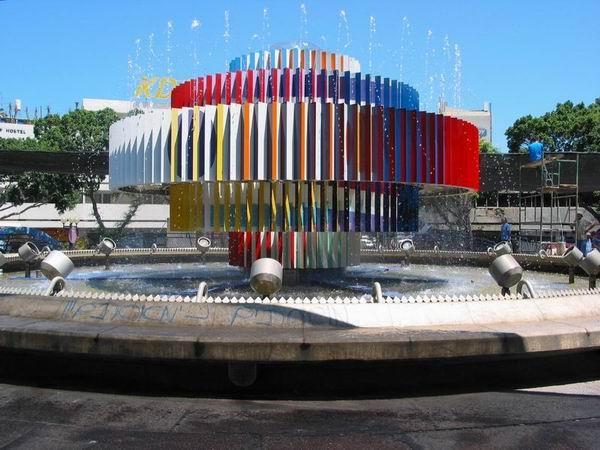 """A conhecida """"Fonte de Agam"""" na Praça Dizengoff de Tel Aviv"""
